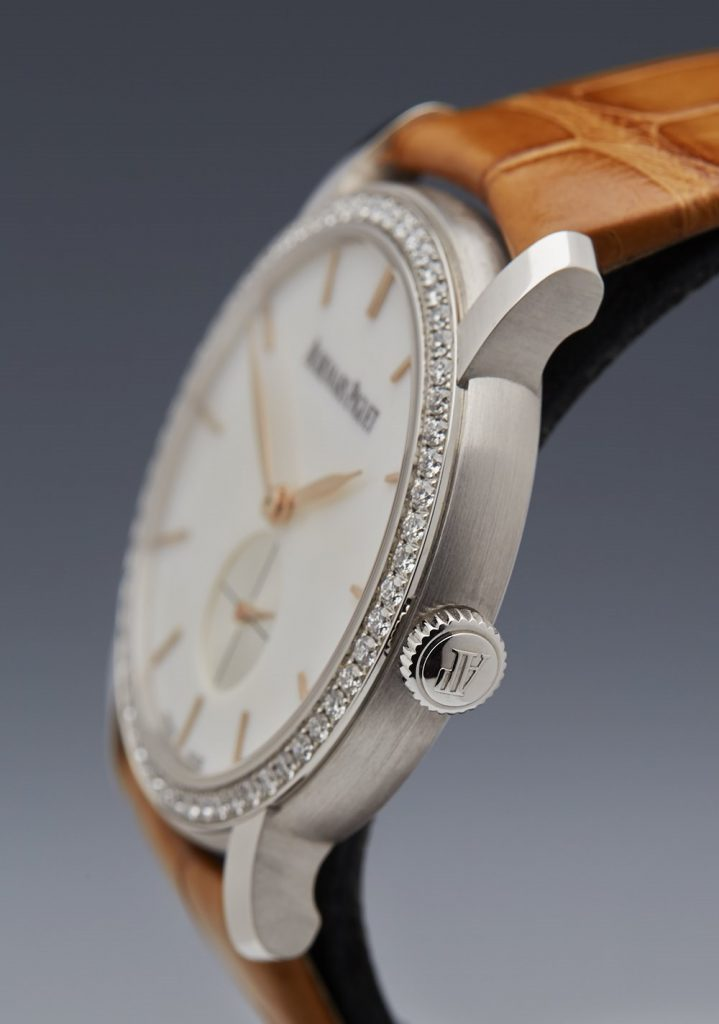 The diamond bezels make the timepieces look sparkling and noble.