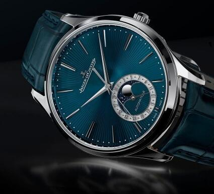 The blue enamel dial embodies the brand's high level of watchmaking craftsmanship.