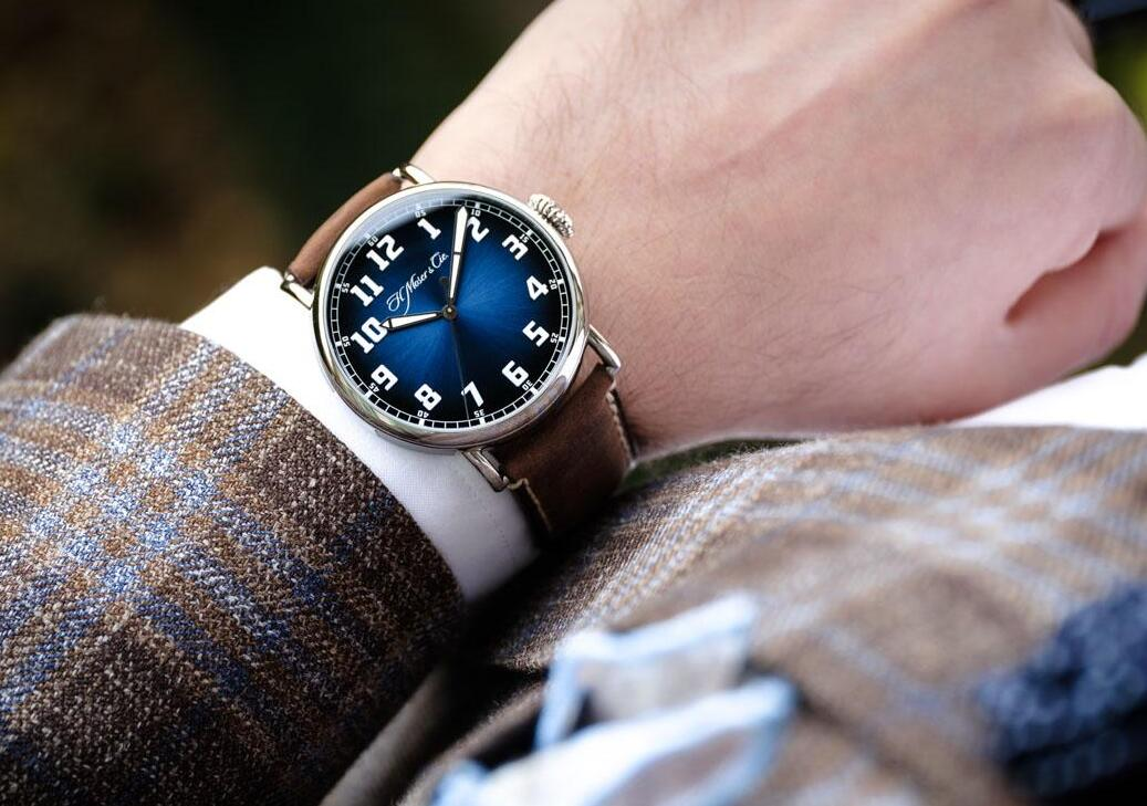 Forever imitation watches are simple with three hands in the center.