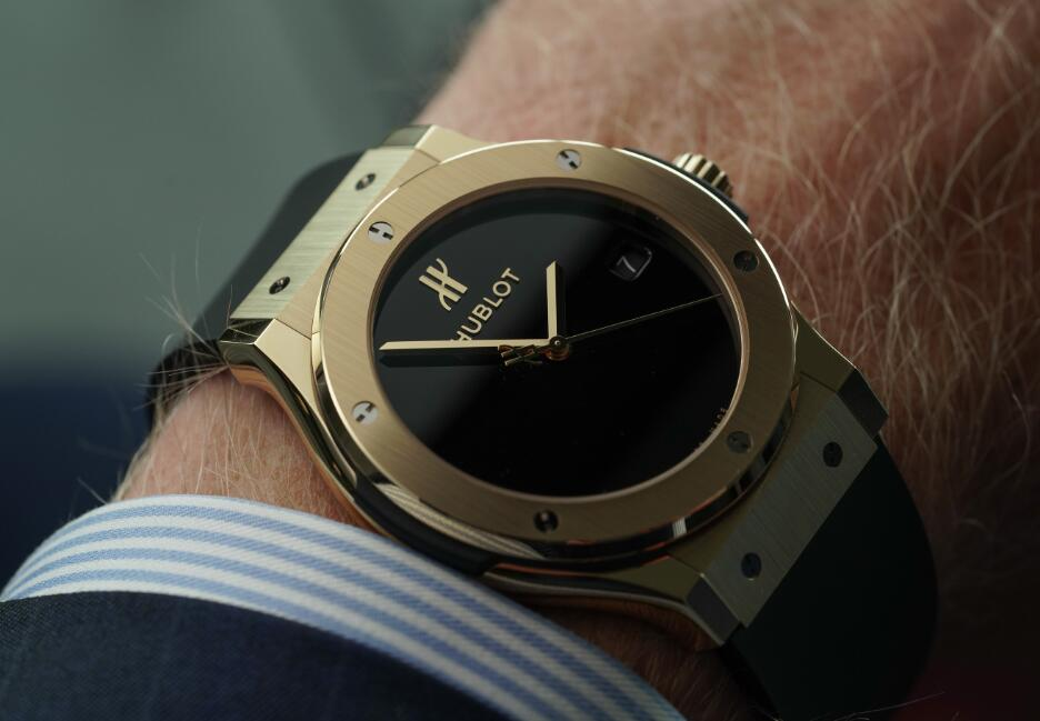 Hot replica watches show luxury with gold material.